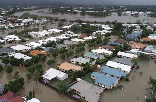 Sel suları, timsahları evlerinin önüne sürükledi !