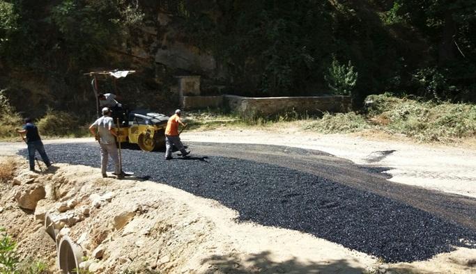 Kırsal alan ekipleri yol bakımı yapıyor.