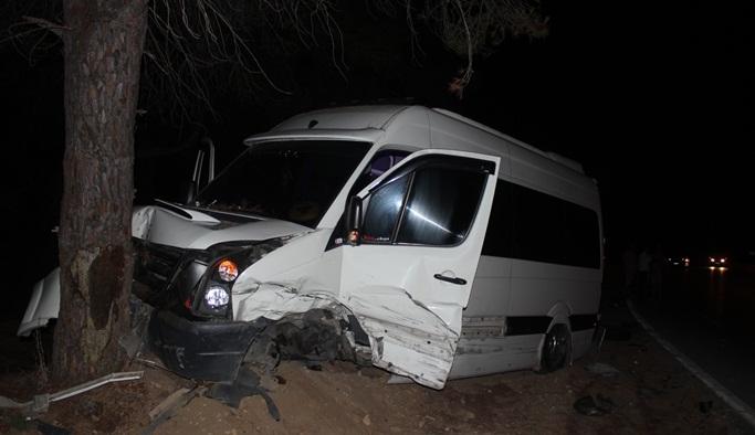 Otomobil tur minibüsüne çarptı: 1'i turist 3 yaralı