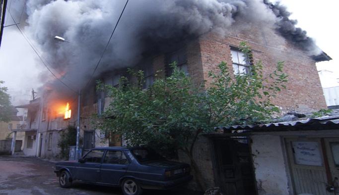 Çıkan yangında 3 ev zarar gördü