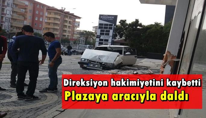 Alanya'da ŞOK! Aracıyla plazaya daldı