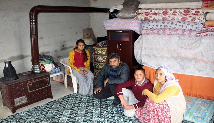 4 kişilik aile tek odalı metruk evde yaşama tutunuyor