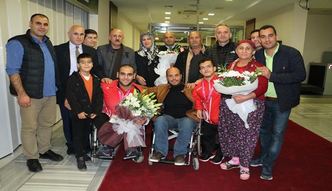 Dünya Şampiyonu sporcular çiçeklerle karşılandı