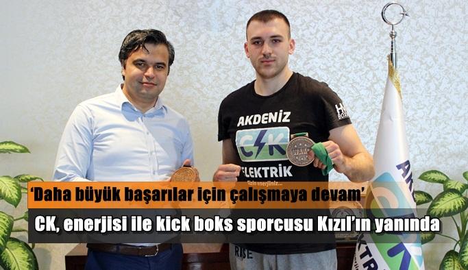 CK, enerjisi ile kick boks sporcusu Kızıl'ın yanında