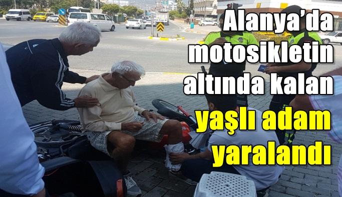 Alanya'da motosikletin altında kalan yaşlı adam yaralandı