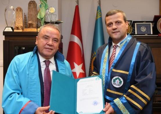 Başkan Böcek yüksek lisans diplomasını aldı