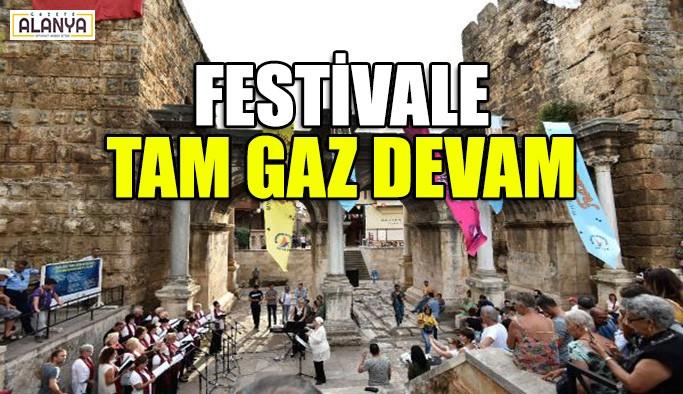 Festivale tam gaz devam