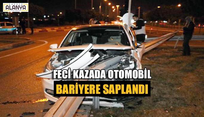 Feci kazada otomobil bariyere saplandı