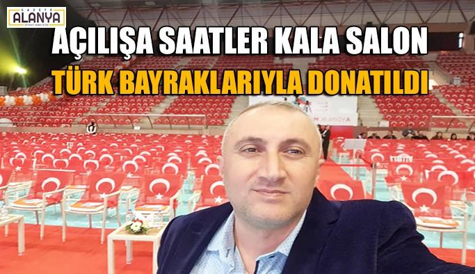 Açılışa saatler kala salon Türk bayraklarıyla donatıldı