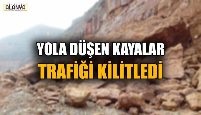 Yola düşen kayalar trafiği kilitledi