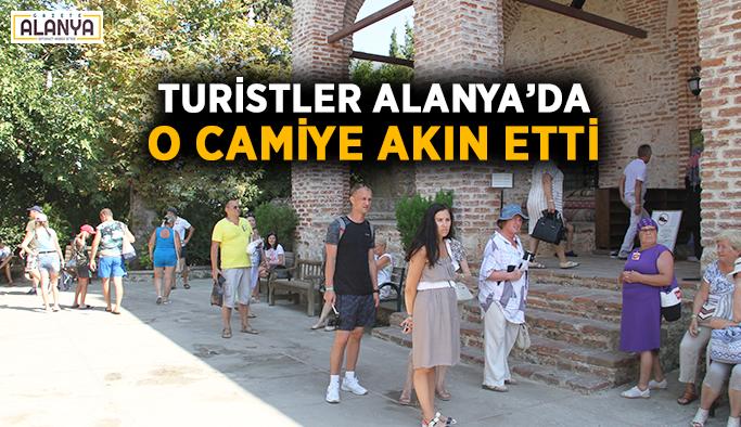 Turistler Alanya'da o camiye akın etti