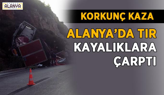 Alanya'da feci kaza! TIR kayalıklara çarptı