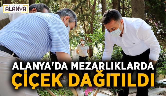 Alanya'da mezarlıklarda çiçek dağıtıldı