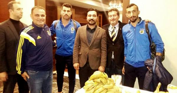 Fenerbahçeli sporculara muzlu karşılama