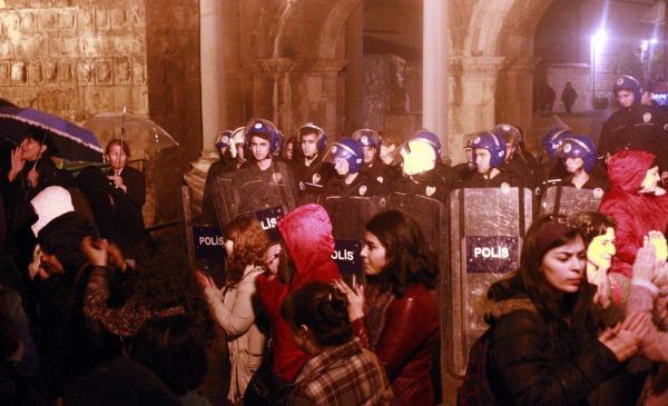Kadınların 'Feminist Gece Yürüyüşü'ne TOMA'lı engeli