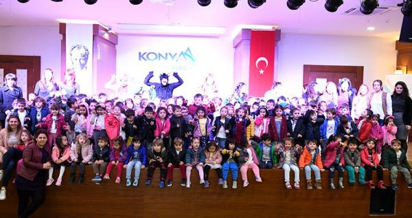 Kreş öğrencileri tiyatro ile eğlendi