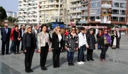 Kadınlar, Ata'ya çelenk bıraktı