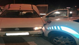 Polis aracına çarpınca yakalandılar