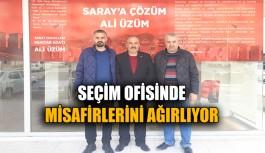 Ali Üzüm, seçim ofisinde misafirlerini ağırlıyor