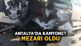Antalya'da kamyonet mezarı oldu