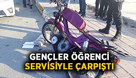 Motosikletli gençler öğrenci servisiyle çarpıştı