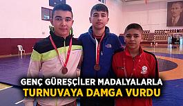 Genç güreşçiler madalyalarla turnuvaya damga vurdu