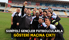 Suriyeli gençler eski ünlü futbolcularla gösteri maçına çıktı