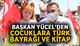 Başkan Yücel'den çocuklara Türk Bayrağı ve kitap