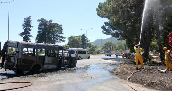 Tünelde yanan minibüsün şoförü faciayı önledi