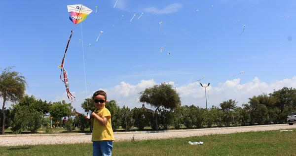 Uçurtmalar Büyükşehir'den eğlenmesi çocuklardan