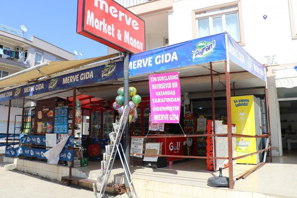 Antalya'da 2 gün önce bir marketin veresiye defterinde bulunan 10 bin liralık borcu ödeyen gizemli hayırsever, 2 farklı markete daha giderek, borcu olan dar gelirli vatandaşların yüzünü güldürdü. Gizemli hayırsever, 2 markette toplam on bin liralık borç ödedi. ile ilgili görsel sonucu