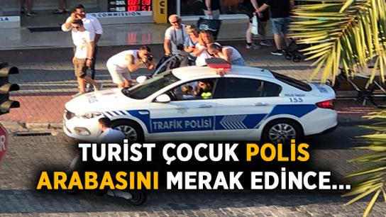 Turist çocuk polis arabasını merak edince…