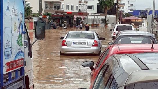 Alanya'da yağmur hayatı felç etti