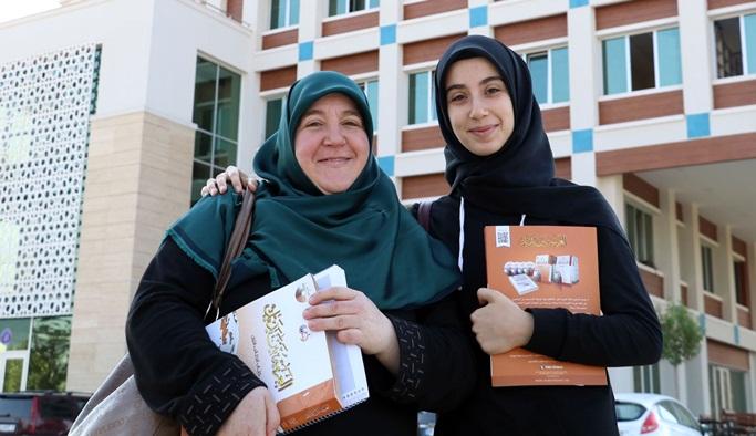Kızına destek olurken üniversiteli oldu