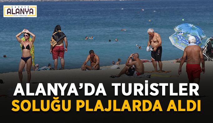 Alanya'da turistler soluğu plajlarda aldı