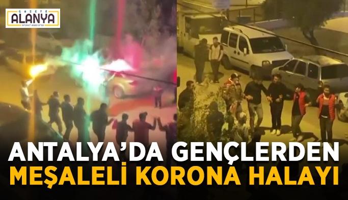 Antalya'da gençlerden meşale eşliğinde korona halayı