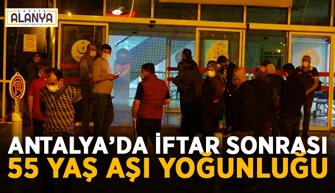 Antalya'da iftar sonrası 55 yaş aşı yoğunluğu