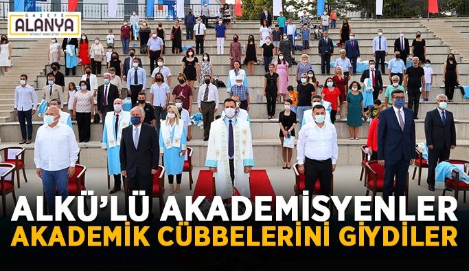 ALKÜ'lü akademisyenler akademik cübbelerini giydiler