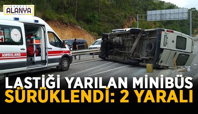 Lastiği yarılan minibüs metrelerce sürüklendi: 2 yaralı