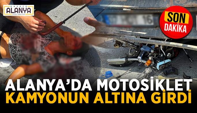 Alanya'da motosiklet kamyonun altına girdi! Sürücü ağır yaralı