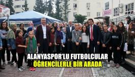 Alanyaspor'lu futbolcular öğrencilerle bir arada