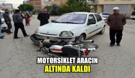 Motosiklet aracın altında kaldı