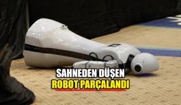 Sahneden düşen robot parçalandı