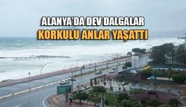 Alanya'da dev dalgalar korkulu anlar yaşattı