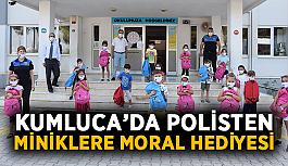 Kumluca'da polisten miniklere moral hediyesi