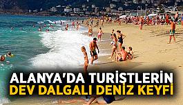 Alanya'da turistlerin dev dalgalı deniz keyfi