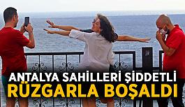 Antalya sahilleri şiddetli rüzgarla boşaldı
