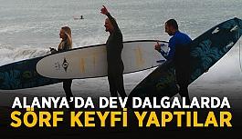 Alanya'da dev dalgalarda sörf keyfi yaptılar