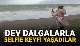 Dev dalgalarla selfie keyfi yaşadılar