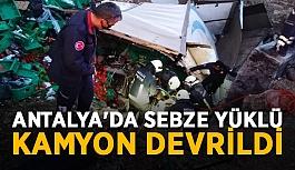 Antalya'da sebze yüklü kamyon devrildi